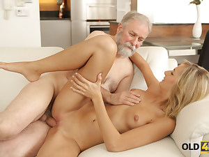 OLD4K. Platinum-blonde wakes up in the right mood for romp